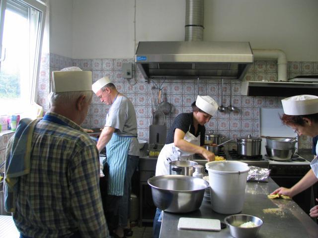 """""""Die Frühschicht in der Küche bei der Vorbereitung."""""""